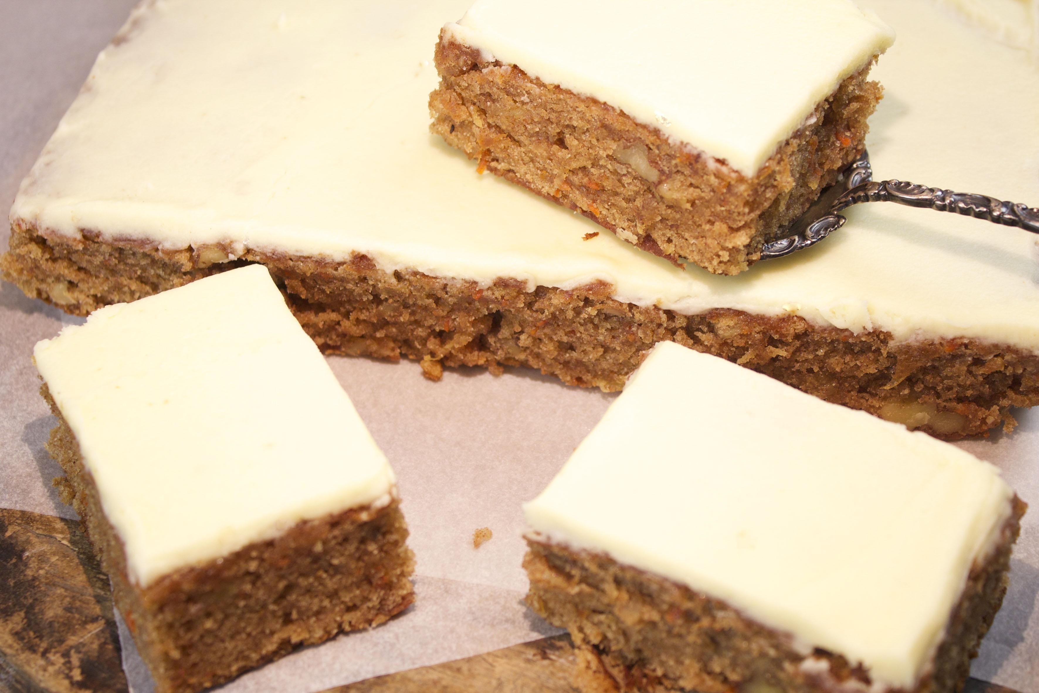 12.1408 WNT taart met taartschep op hout